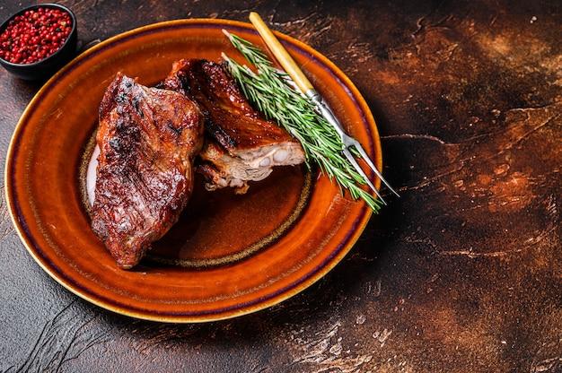 Carne di costata corta di vitello di vitello barbecue alla griglia sulla piastra