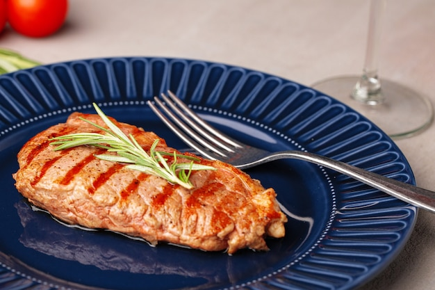 Bistecca di manzo alla griglia servita sul piatto blu