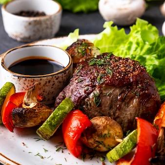Bistecca di manzo alla griglia e verdure su un piatto. vista macro