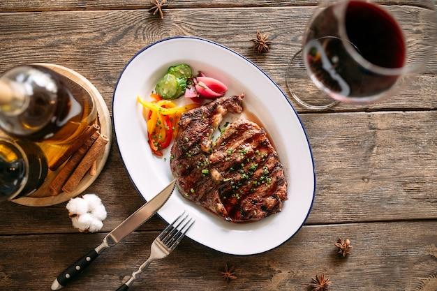 Bistecca di manzo alla griglia con un bicchiere di vino rosso