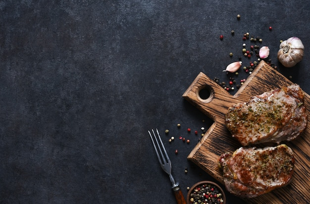 Bistecca di manzo alla griglia con erbe e spezie. vista dall'alto con spazio per copiare il testo