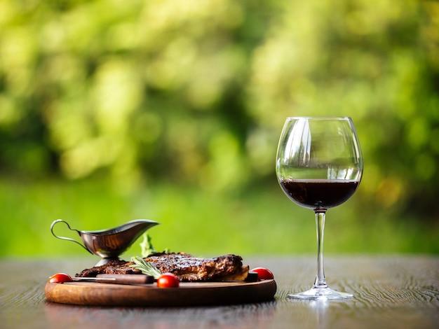 Bistecca di manzo alla griglia con salsa e vino rosso