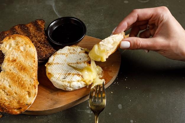 Camembert alla griglia con marmellata di ribes nero