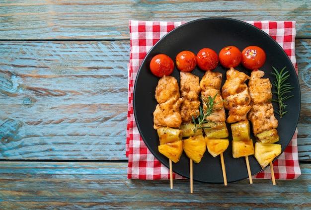 Spiedino di pollo alla griglia barbecue sulla piastra