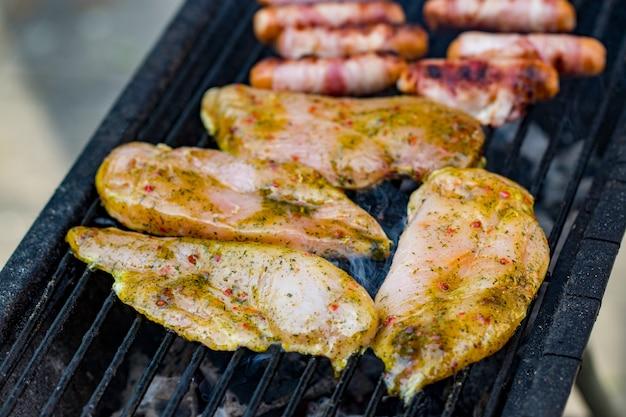 Petto di pollo alla griglia sulla griglia fiammeggiante.