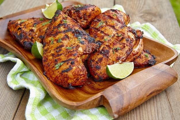 Petto di pollo alla griglia servito con erbe e lime