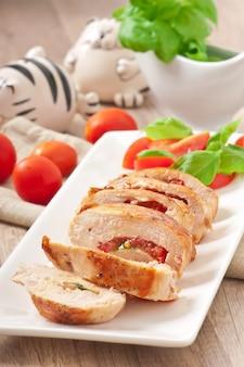 Petto di pollo grigliato ripieno di basilico, pomodoro e aglio