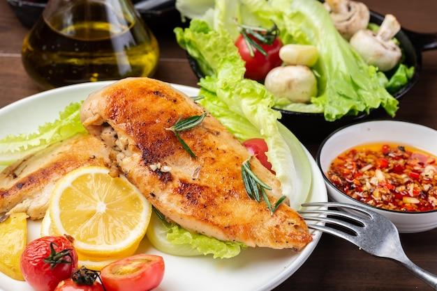 Petto di pollo arrostito e insalata di verdure sul piatto