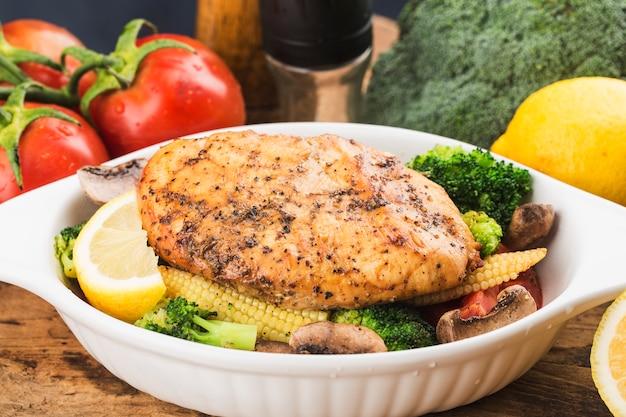 Petto di pollo arrostito con le verdure su un piatto
