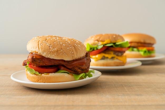 Hamburger di pollo alla griglia con salsa su piatto bianco