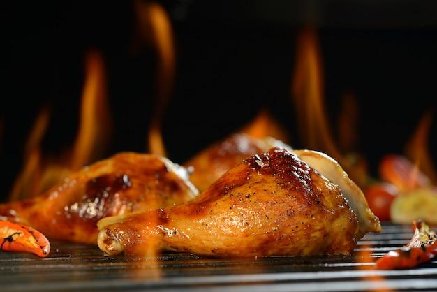 Coscia di pollo alla griglia sulla griglia fiammeggiante