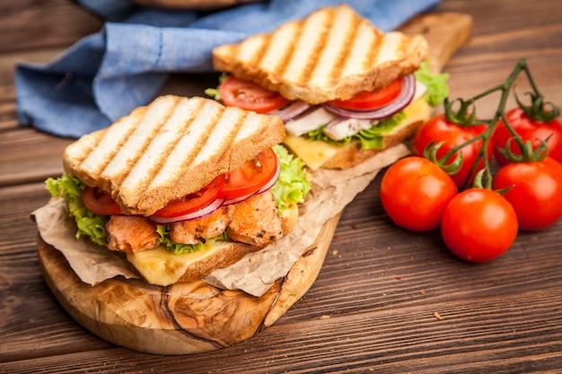 Sandwich di pollo alla griglia Foto Premium