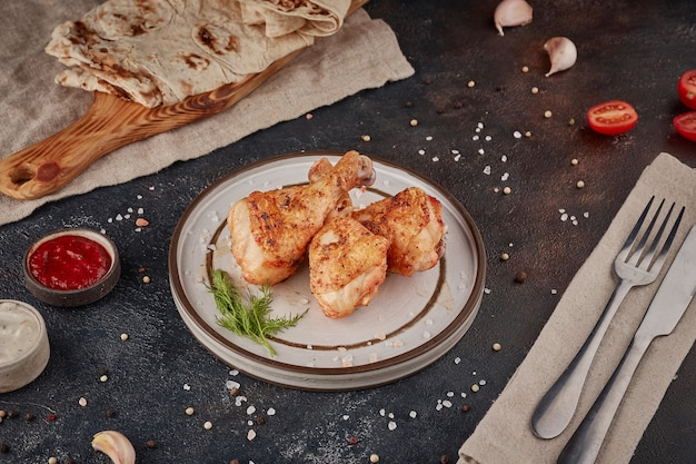 Pollo alla griglia, sfondo scuro con texture