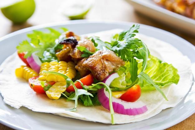 Pollo alla griglia con mais dolce e tortilla di verdure
