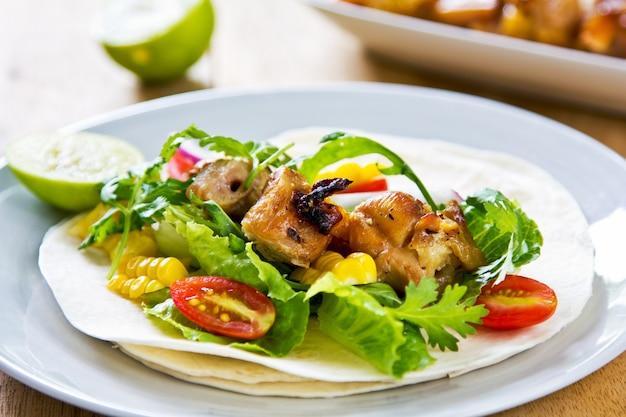 Pollo alla griglia con mais dolce e tortillas di verdure