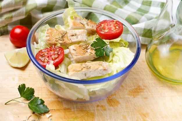 Pollo alla griglia con rosmarino e insalata di lattuga con pomodorini