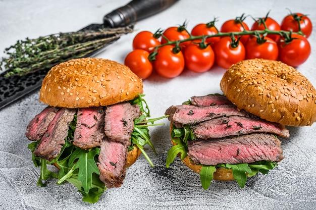 Affettati alla griglia panino con hamburger di roast beef con rucola e spinaci