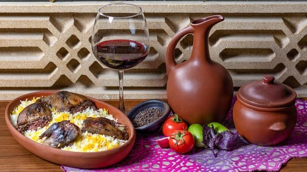 Folaga alla griglia sul riso con bicchiere di vino rosso