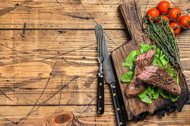 Grigliata cut skirt machete carne di manzo bistecca su un tagliere