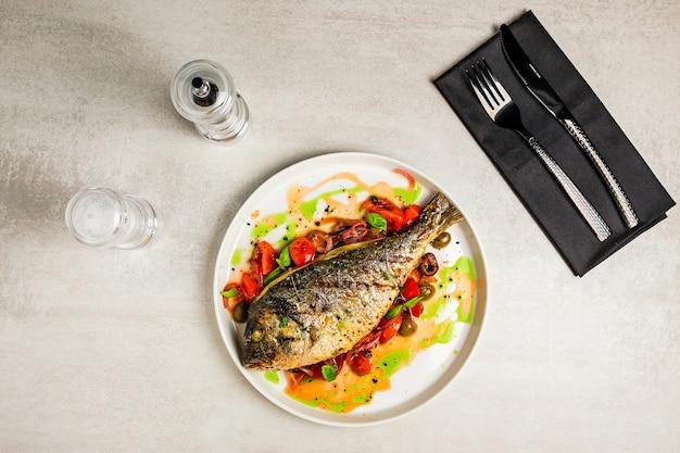 Dorada grigliata di pesce con verdure, vista dall'alto