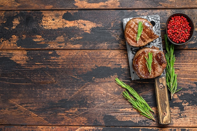 Bistecca di filetto mignon alla griglia su una mannaia