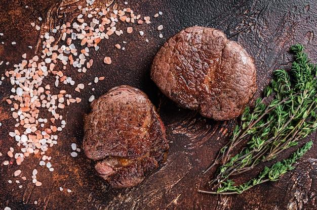Filetto alla griglia mignon bistecche di carne di manzo. sfondo scuro. vista dall'alto.