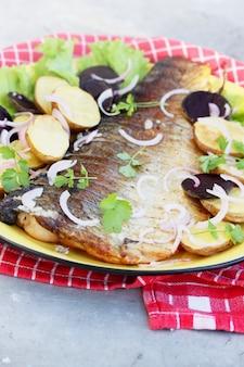 Pesce alla griglia con patate