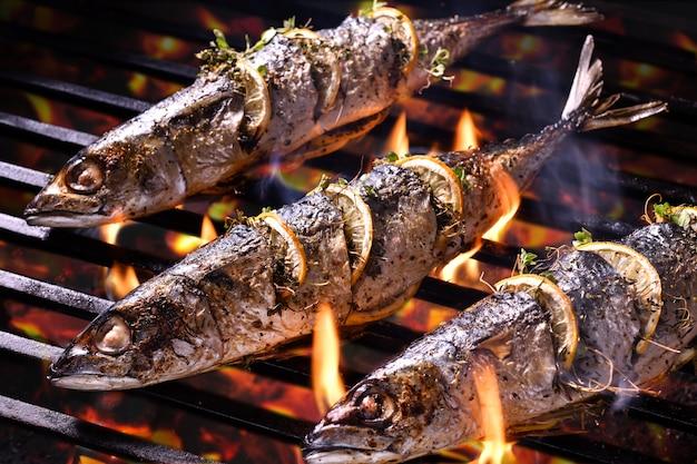 Pesci grigliati sulla griglia ardente