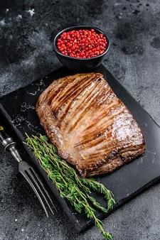 Bistecca di carne di manzo alla griglia su una tavola di marmo