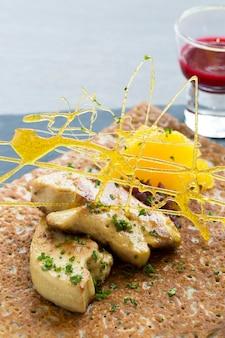 Foie gras alla griglia con crepe e salsa rossa