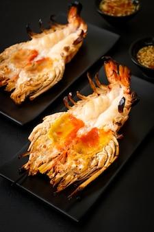 Gamberi di fiume giganti freschi alla griglia con salsa piccante di pesce