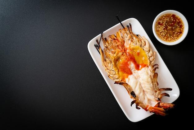 Gamberi di fiume giganti freschi alla griglia con salsa di immersione ai frutti di mare piccanti