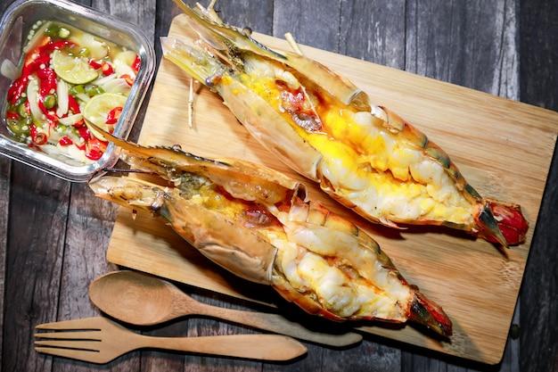 Gamberi di fiume giganti alla griglia o gamberi di fiume con salsa di frutti di mare in stile thailandese.