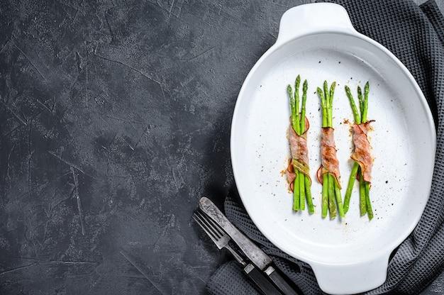Asparagi verdi grigliati avvolti nella pancetta