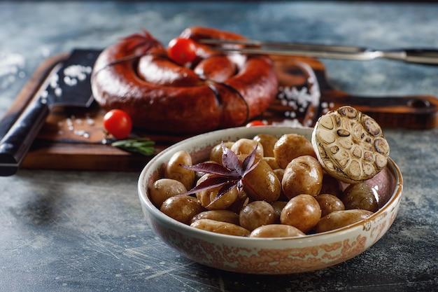 Salsiccia fatta in casa alla griglia con patate novelle e cipolle verdi