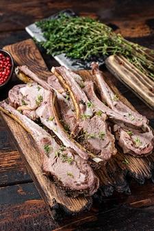 Costolette di montone di agnello alla griglia chops bistecche su tavola di legno