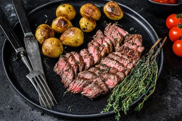 Bistecca di manzo di carne di marmo alla griglia con patate fritte