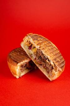 Panino di carne alla griglia con sfondo rosso. banner verticale