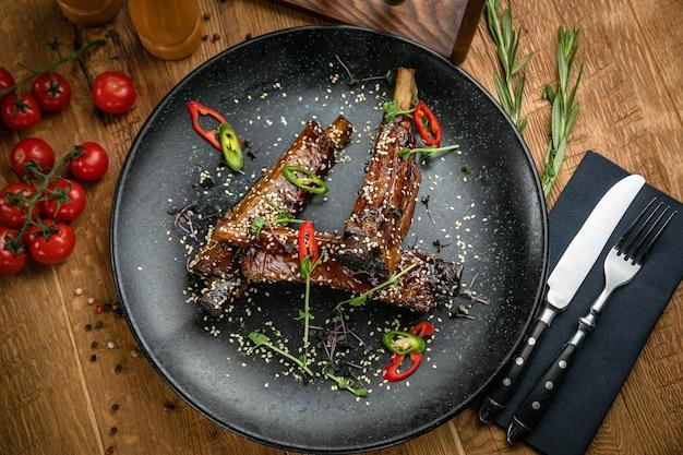 Carne alla griglia dal menu di un ristorante italiano