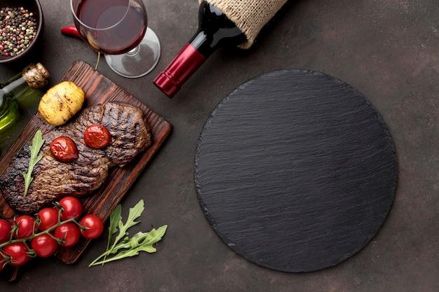 Carne alla griglia con bicchiere di vino