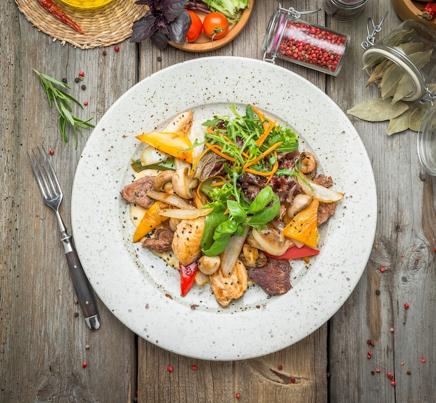 Carne alla griglia con verdure arrosto, primavera, picnic estivo, cibo gustoso