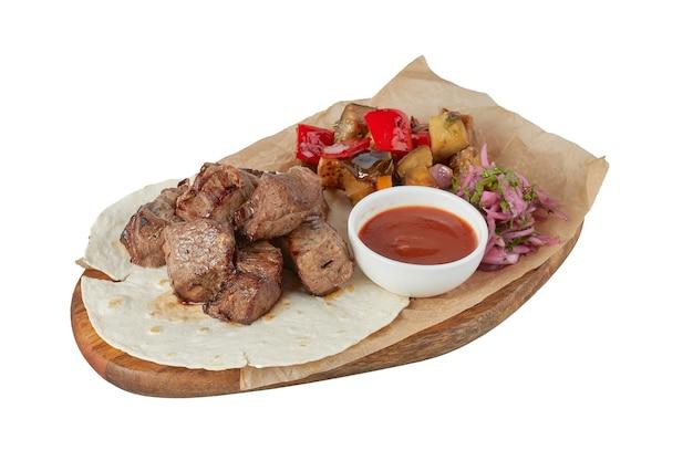 Carne alla griglia con verdure, piatto da ristorante, immagine isolata