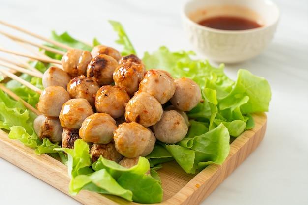 Spiedino di polpette grigliate con salsa piccante