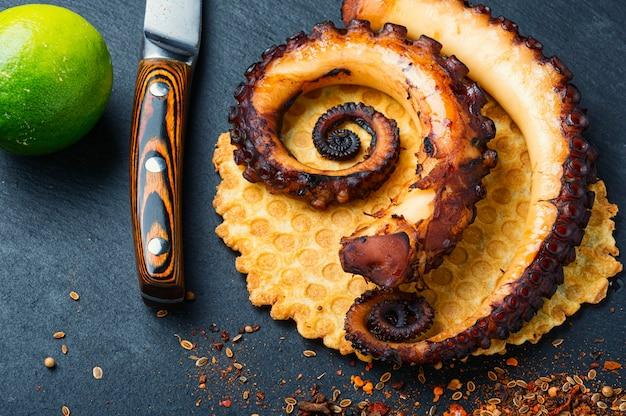 Polpo alla griglia su waffle al formaggio