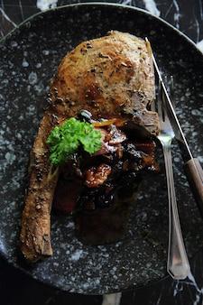 Braciola di maiale alla griglia con salsa di verdure e burries