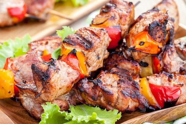 Spiedino di maiale alla griglia con peperone rosso e giallo