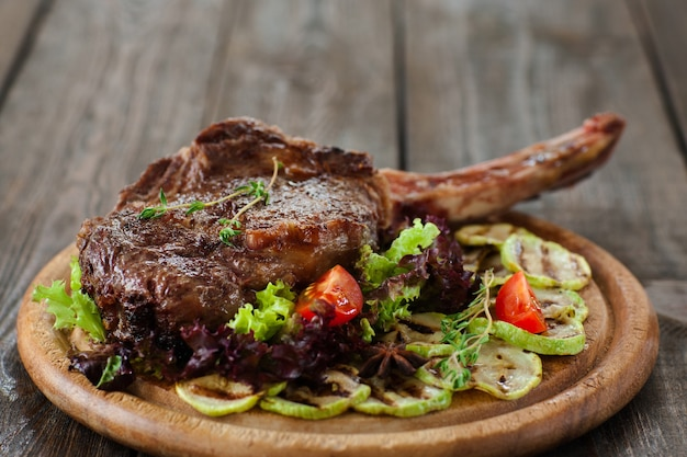 Costata di maiale alla griglia con midollo vegetale