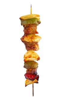 Spiedino di maiale alla griglia e barbecue di verdure isolato su priorità bassa bianca