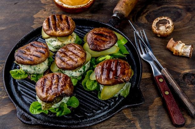 Hamburger ai funghi panino alla griglia portobello sulla griglia in ferro