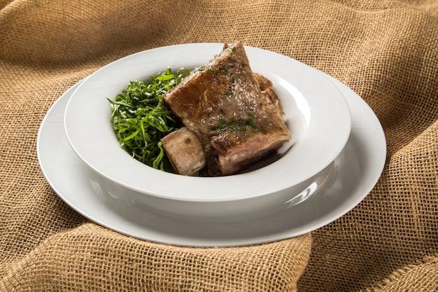 Costolette alla griglia con cavolo cappuccio - cibo tradizionale brasiliano costela com couve
